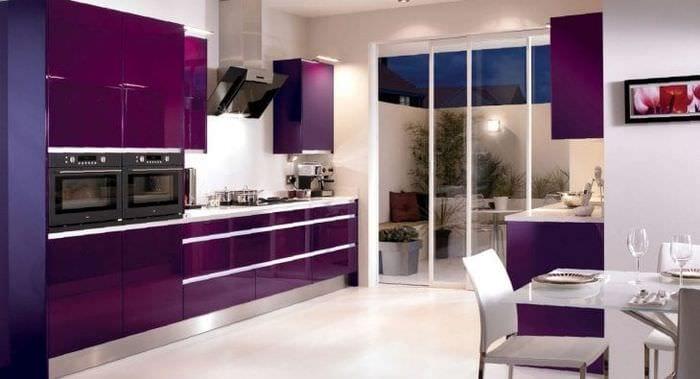 светлый стиль кухни в фиолетовом цвете