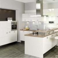 яркий дизайн элитной кухни в стиле модерн картинка