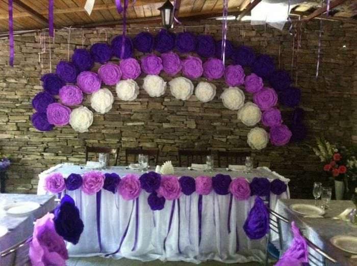 розовые бумажные цветы в фасаде зала