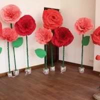 разноцветные бумажные цветы в оформлении зала картинка