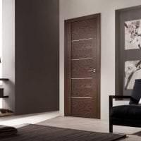 деревянные двери в интерьере гостиной фото