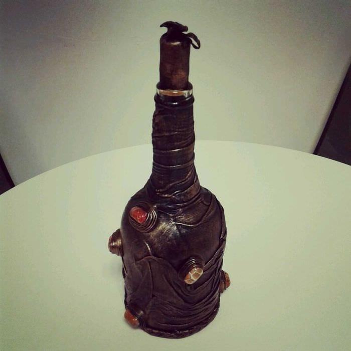 идея красивого украшения стеклянных бутылок из кожи своими руками