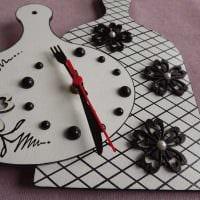 идея необычного декора настенных часов своими руками фото