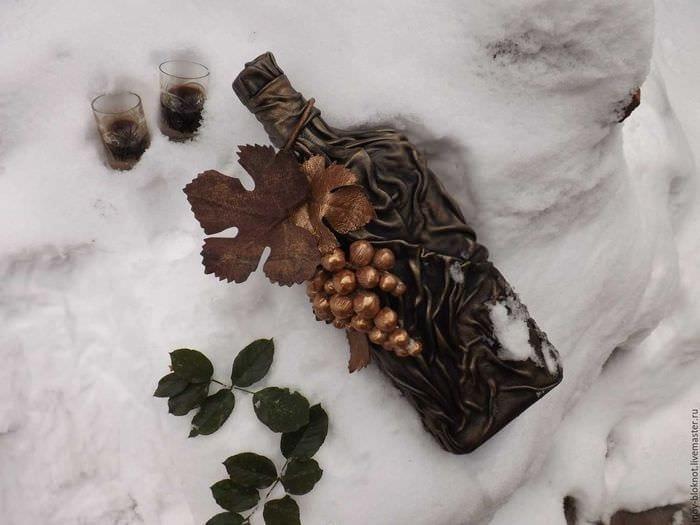 идея шикарного декорирования стеклянных бутылок из кожи своими руками