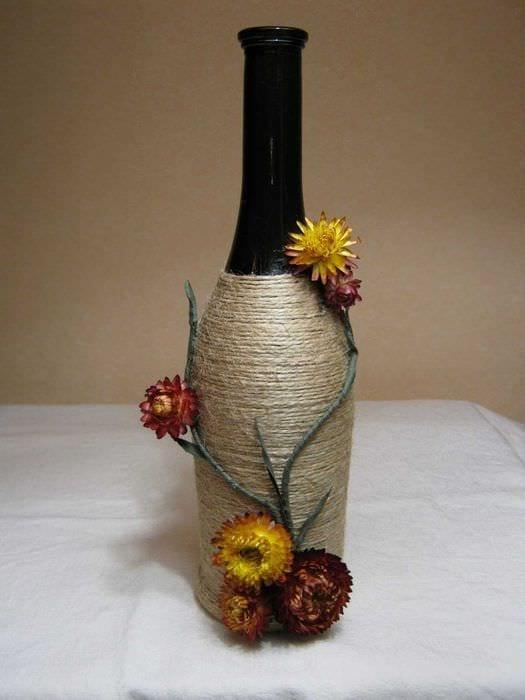 вариант оригинального украшения стеклянных бутылок шпагатом