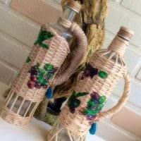 идея шикарного украшения стеклянных бутылок шпагатом картинка