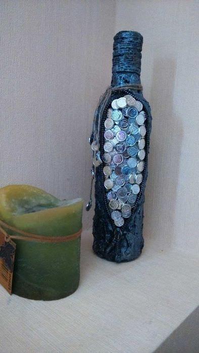 вариант светлого декорирования бутылок из кожи своими руками