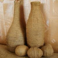 вариант яркого декорирования бутылок шпагатом картинка