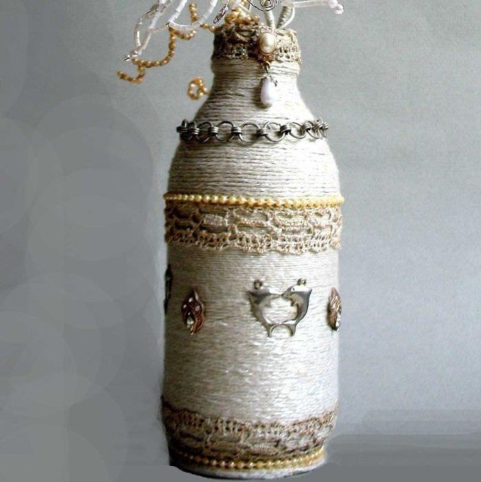 вариант красивого декорирования стеклянных бутылок шпагатом