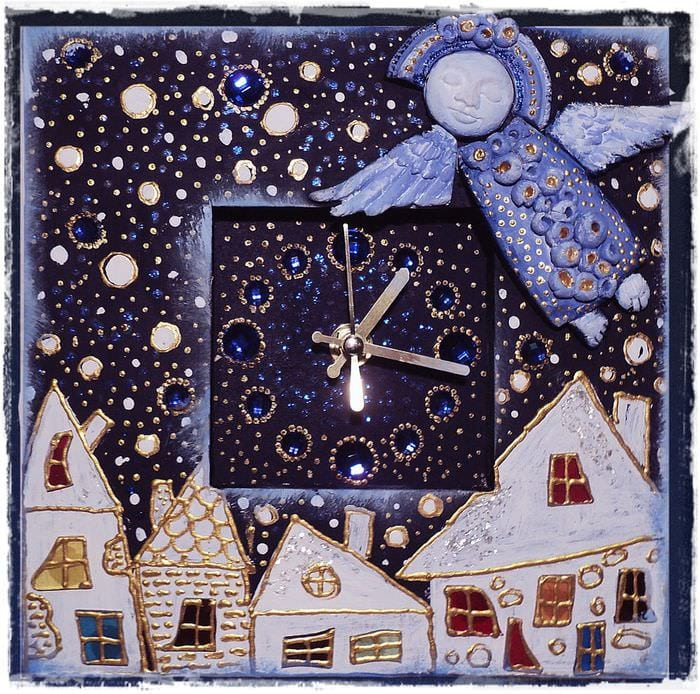 вариант яркого оформления настенных часов своими руками