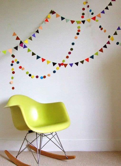 вариант светлого украшения комнаты бумагой