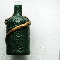 вариант оригинального украшения бутылок из кожи своими руками картинка