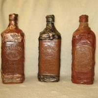 идея яркого украшения стеклянных бутылок из кожи своими руками картинка
