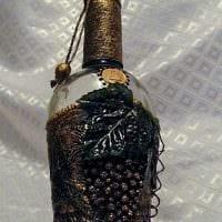 идея оригинального оформления стеклянных бутылок шпагатом картинка