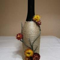идея необычного декорирования бутылок шпагатом картинка