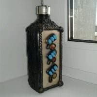 идея красивого декорирования стеклянных бутылок из кожи своими руками картинка