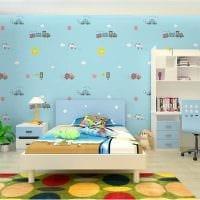 вариант яркого декорирования детской комнаты картинка
