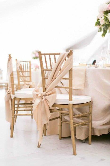 вариант светлого декора стульев