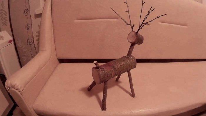 вариант яркого украшения помещения деревом своими руками