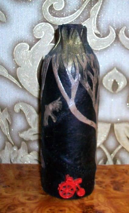 вариант оригинального декора бутылок из кожи своими руками