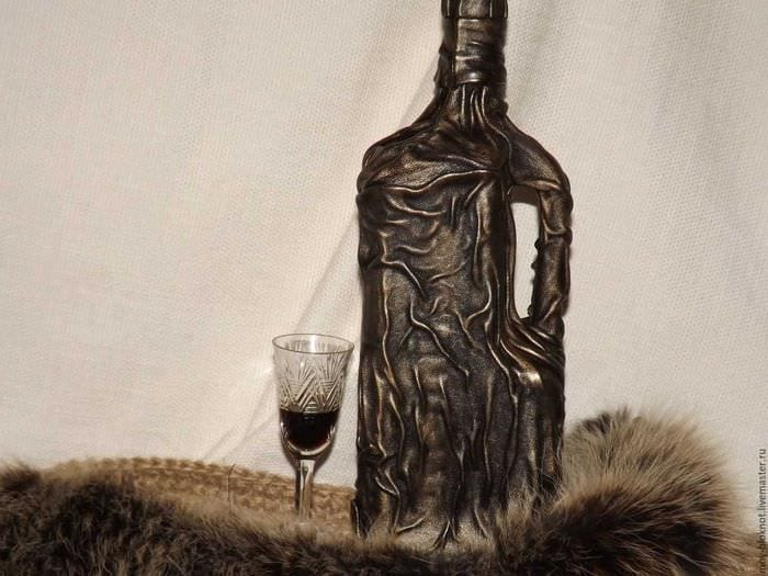 идея шикарного декорирования бутылок из кожи своими руками