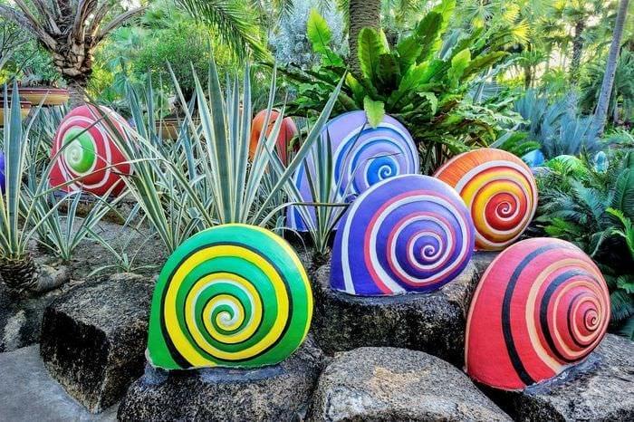 необычное оформление садового участка подручными материалами