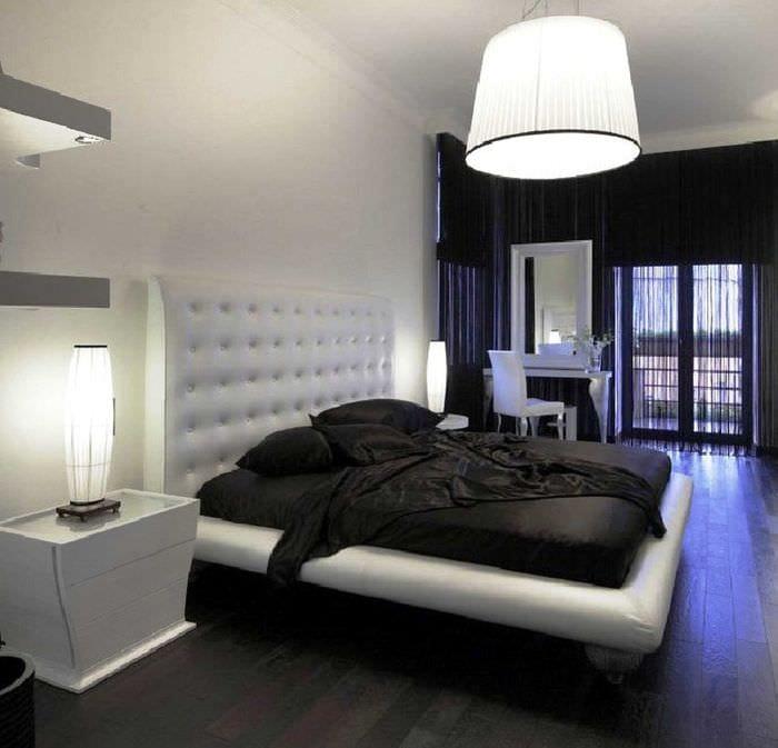 яркий темный пол в декоре квартиры