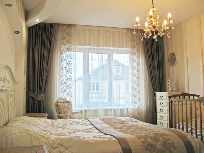них как оформить окно в спальне шторами фото отеле