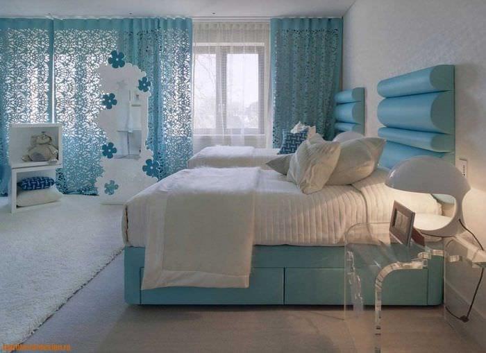 комбинирование ярких цветов в дизайне спальни