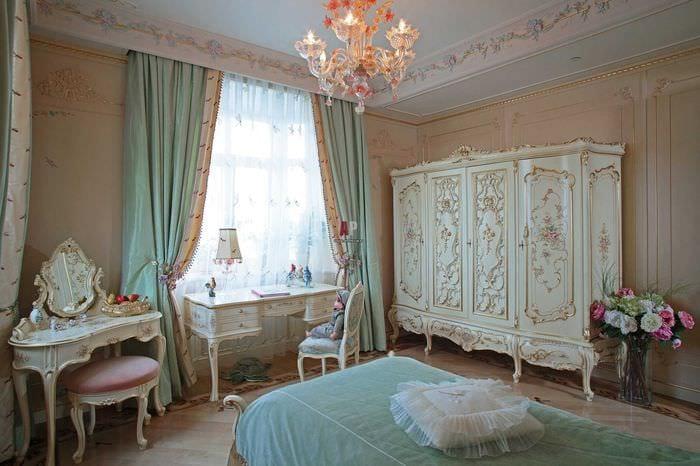 сочетание светлых штор в дизайне гостиной
