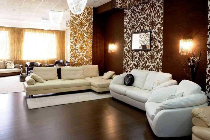 комбинирование ярких обоев в дизайне гостиной комнаты