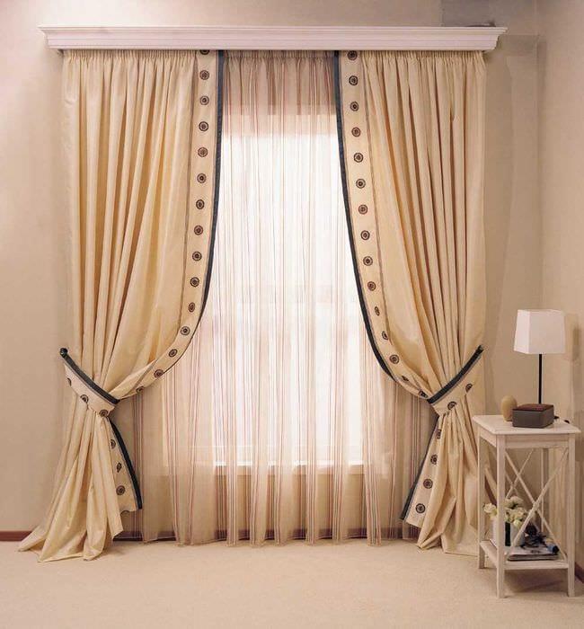 сочетание ярких штор в стиле комнате