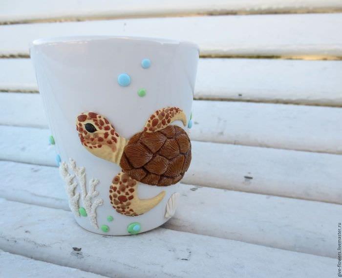 красивое оформление кружки животными из полимерной глины в домашних условиях