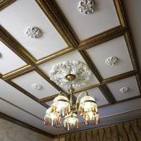 красивое украшение потолка дополнительном светом картинка