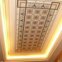 классическое оформление потолка аксессуарами картинка