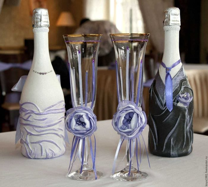 яркое оформление бутылок шампанского декоративными ленточками