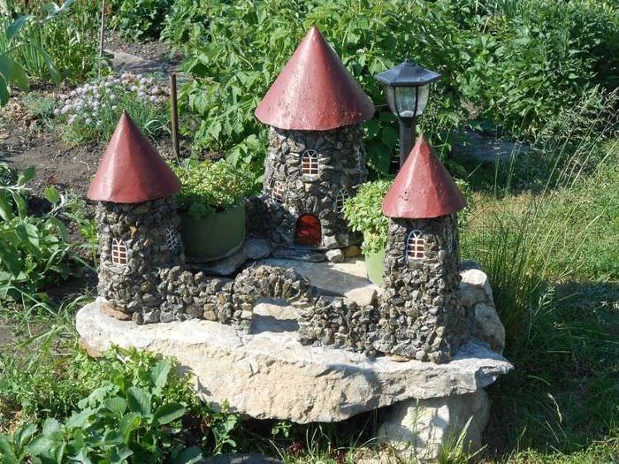 яркое декорирование садового участка подручными материалами