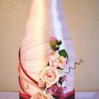 красивое украшение стеклянных бутылок разноцветными ленточками фото