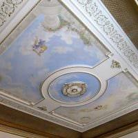 светлое украшение потолка принтом фото