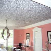 яркое декорирование потолка аксессуарами картинка