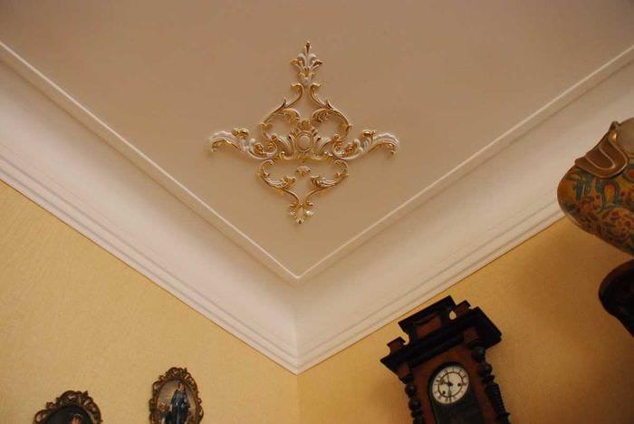 красивое оформление потолка аксессуарами