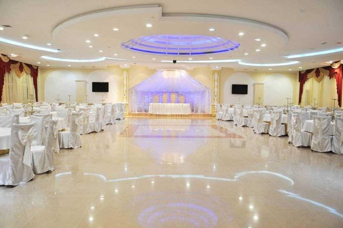 современное оформление свадебного зала шариками