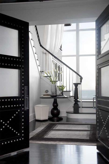 красивое оформление дверей подручными материалами