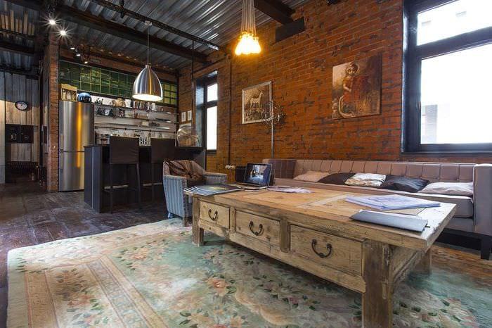 необычный декор гостиной со старыми досками