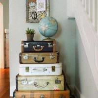 яркий дизайн гостиной со старыми чемоданами фото