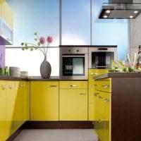 яркий интерьер комнаты в горчичном цвете фото
