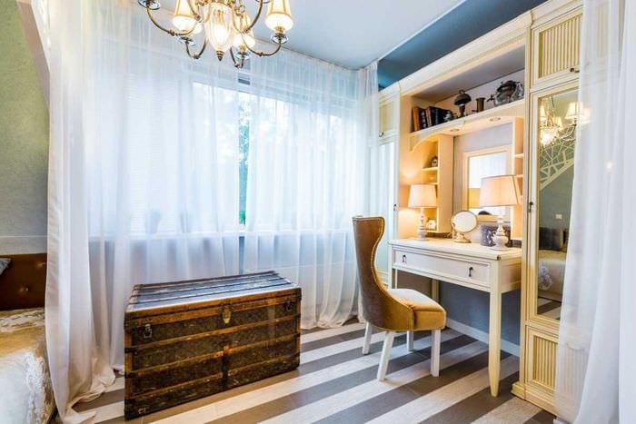 яркий декор спальни со старыми чемоданами