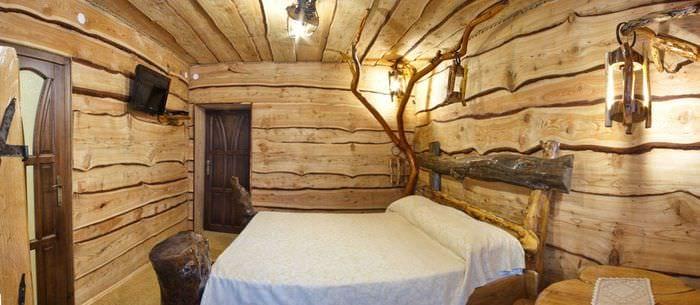 светлый дизайн спальни со старыми досками