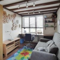 светлый интерьер гостиной со спилами дерева картинка