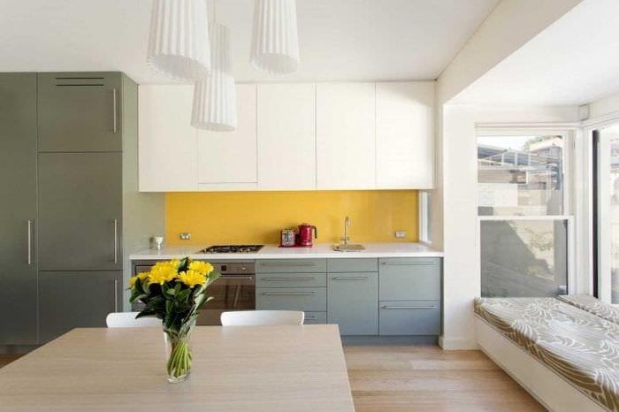 яркий стиль кухни в горчичном цвете